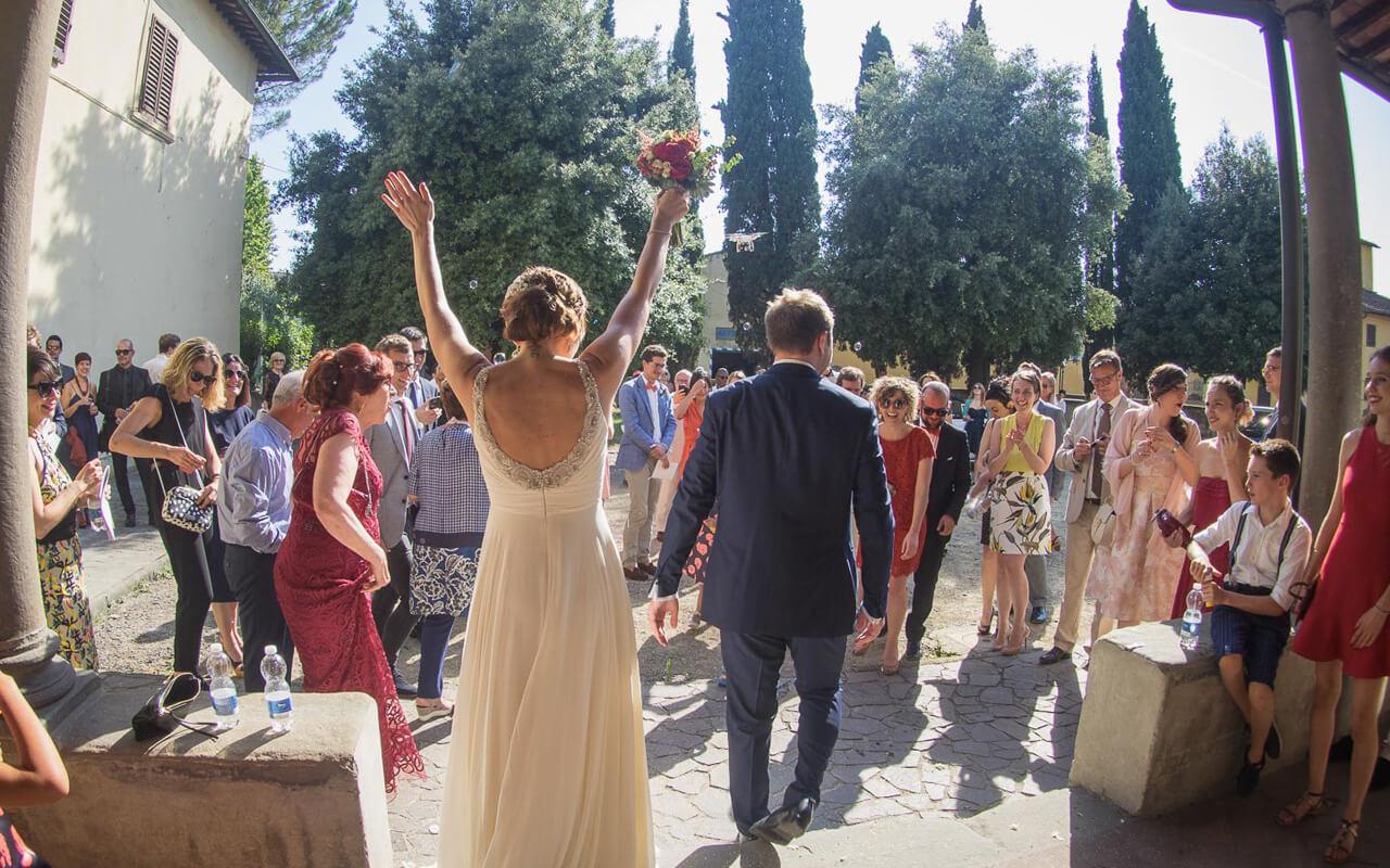 Fotografo matrimonio Milano: l'uscita gioiosa degli sposi